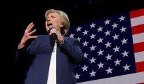 La candidata demócrata a la presidencia Hillary Clinton pronuncia un discurso durante un concierto de campaña con Jay Z y Beyonce en Cleveland, Ohio, EE.UU., el 4 de noviembre de 2016.
