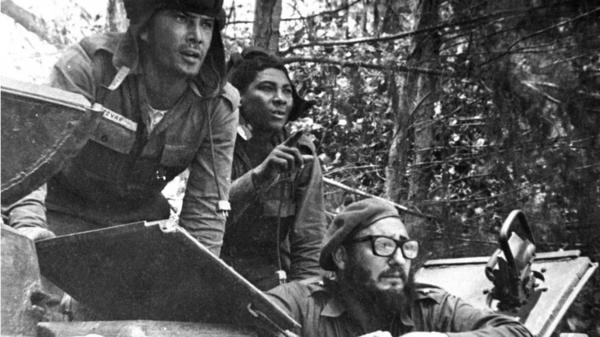 Fidel Castro durante la contra ofensiva en la Bahía de los Cochinos publicada en diario oficial Granma
