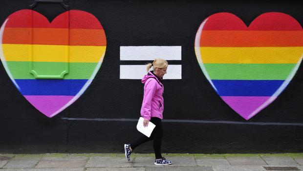 Una pintada de dos corazones con los colores del arcoíris en Dublín con motivo del plebiscito en 2015