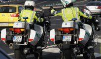 Dos guardias civiles cruzan el puente de Rande empujando la furgoneta averiada