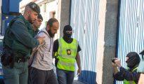 Guardias Civiles conducen este domingo a un miembro del Daesh detenido en Gran Canaria