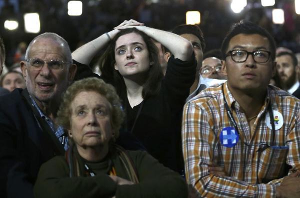 Seguidores demócratas decepcionados después de darse a conocer los resultados de las elecciones presidenciales
