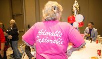 "Una mujer exhibe su camiseta ""adorable deplorable"" en la sede del GOP de Dallas en la tarde del 8 de noviembre"