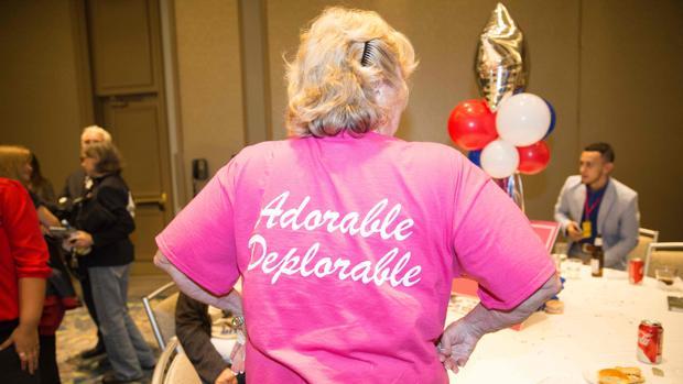"""Una mujer exhibe su camiseta """"adorable deplorable"""" en la sede del GOP de Dallas en la tarde del 8 de noviembre"""