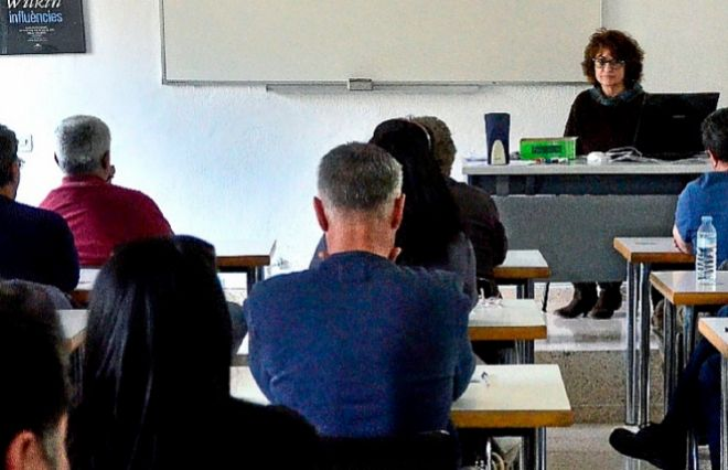 Aspirantes en el examen para el puesto de barrendero en Emaya, en Palma.