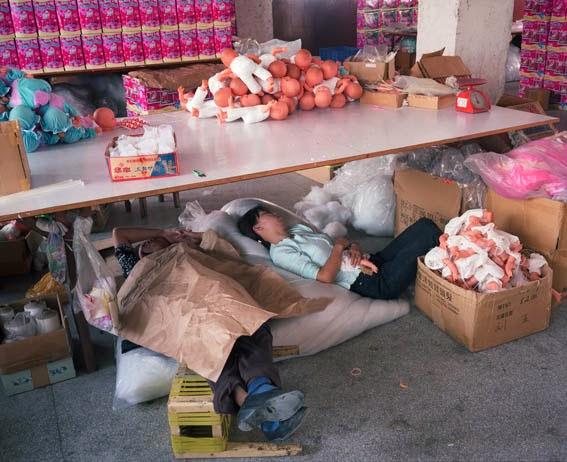 Trabajadores explotados laboralmente en India, durante un descanso.