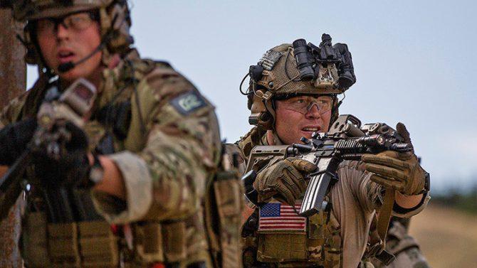 Dos soldados del Ejército estadounidense asignados al Mando Europeo realizan maniobras en Tiflis, Georgia. 15 de agosto de 2016.