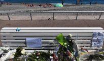 Flores sobre un banco del paseo de los Ingleses, en Niza, donde el pasado julio un atentado terrorista causó 86 muertos