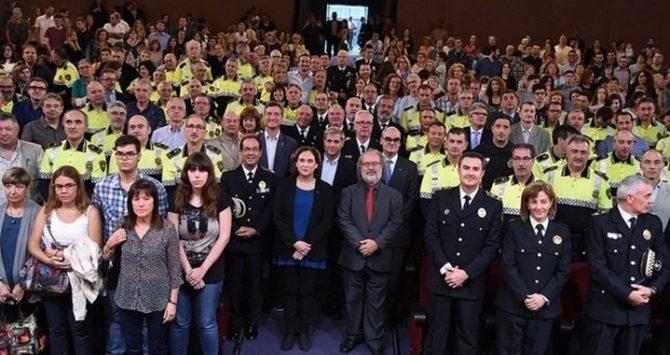 La alcaldesa de Barcelona, Ada Colau, en un acto con la Guardia Urbana
