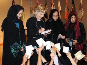 Hillary Clinton y Saleha Abedin