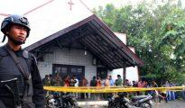 La policía custodiaba la iglesia tras el ataque