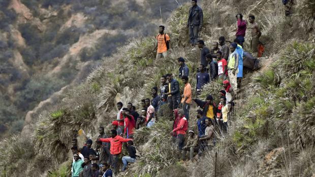 Inmigrantes aguardan en la frontera de Ceuta