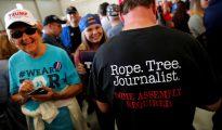 Partidarios de Trump exhiben mensajes contra los periodistas.