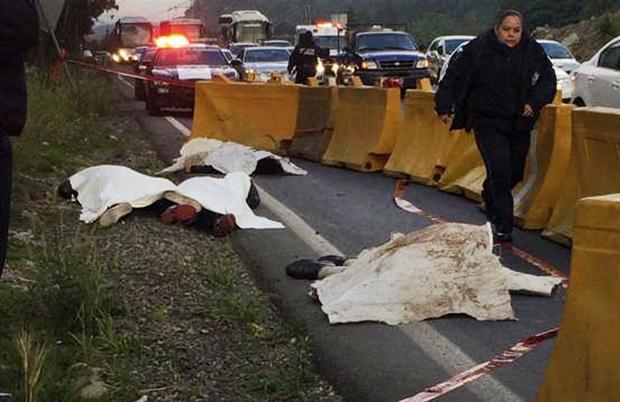 Los cadáveres de los ladrones asesinados por el justiciero.
