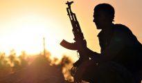 Combatiente kurdo posando cerca de la ciudad siria de Ain Issi, a unos 50 kilómetros al norte de Raqa.