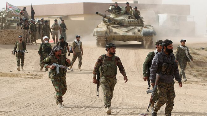 Milicianos chiítas de Al Jashd al Shaabi ingresan al pueblo de Abu Shuwayhah, al sur de Mosul, 1 de noviembre de 2016
