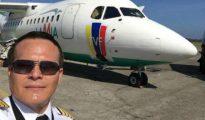 Miguel Quiroga posa con el avión detrás. poco antes de llevar a la selección de Venezuela, también cliente de LAMIA