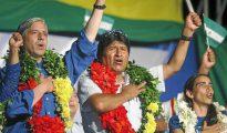 El presidente de Bolivia, Evo Morales, cantando el himno en un acto de campaña en la ciudad de Santa Cruz, en 2009.