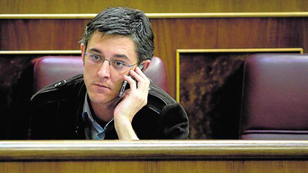 Eduardo Madina habla por teléfono en el Congreso