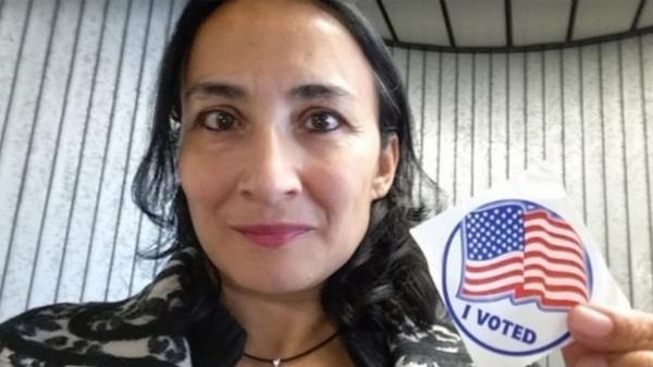 Asra Q. Nomani el martes pasado, luego de haber emitido su voto por Donald Trump.