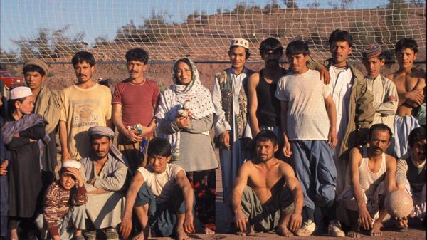 Nomani nació en la India hace 51 años. Emigró a los Estados Unidos cuando tenía apenas cuatro. Allí fundó el Movimiento de Reforma Musulmán. En la fotografía, con refugiados en la frontera entre Afganistán y Pakistán (2001)