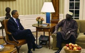 Barack Obama y su medio hermano, Abon'go Malik Obama