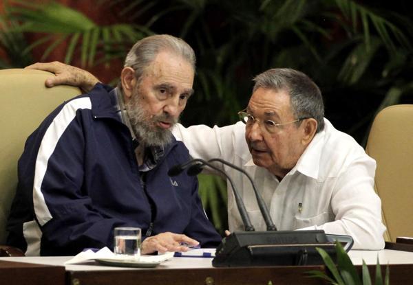 Abril, año 2011, junto a su hermano Raúl, que tomó el control del gobierno en la isla