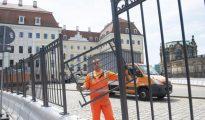 Un operario refuerza la segurida entorno al el hotel Taschenbergpalais Kempinski de Dresde, sede de una de las reuniones del Club Bilderberg.