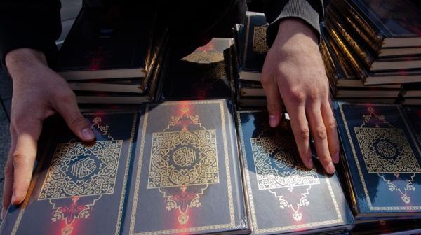 Las copias del Corán eran distribuidas gratuitamente en la vía pública