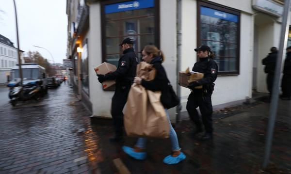 La Policía traslada documentos obtenidos en una redada en una mezquita de Hamburgo