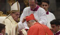 Momento en el que Francisco le impone el birrete cardenalicio a Osoro