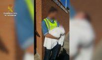 Un Guardia Civil sostiene en brazos al bebé de 3 días