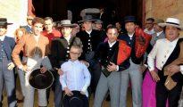Imagen del pequeño Adrián junto a los toreros que participaron en la corrida benéfica