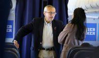 El jefe de la campaña de Clinton conversa con una asesora en el avión de la candidata