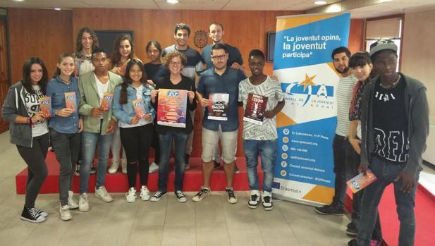 La concejal con un grupo de adolescentes en la presentación de la XII Semana Joven en Alicante
