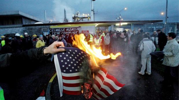 Imagen de arcchivo de un trabajador quemando una bandera estadounidense en Dallas