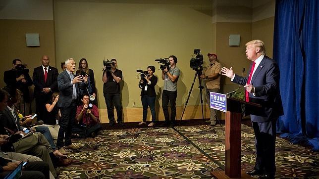 El periodista Jorge Ramos (a la izquierda) discute con Donald Trump en una rueda de prensa.