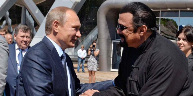 Seagal se suma a otros famosos extranjeros que en los últimos años han recibido la ciudadanía rusa por decreto de Putin.