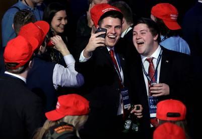 Seguidores de Donald Trump celebran anoche en Nueva York.