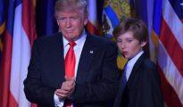 Trump junto a su hijo Barron en el Hotel Hilton