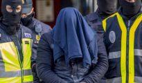 Efectivos de la Policía Nacional trasladan al detenido en Aranjuez tras el registro de su domicilio