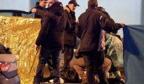 Un grupo de investigadores italianos rodean el cuerpo de Anis Amri