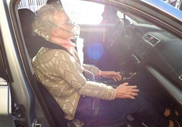 El maniquí era tan real que hasta los policías pensaron que era una anciana congelada