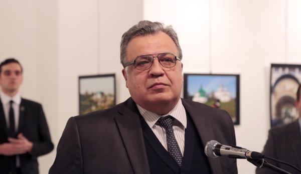 La foto que muestra al atacante observando fijo al embajador ruso en Turquía