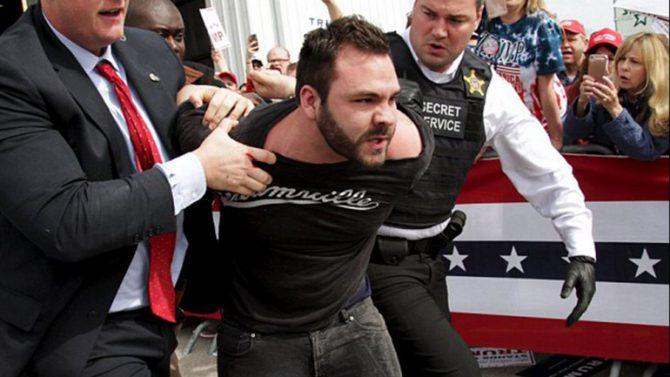 Un hombre trató de atacar a Trump durante uno de sus mítines electorales.