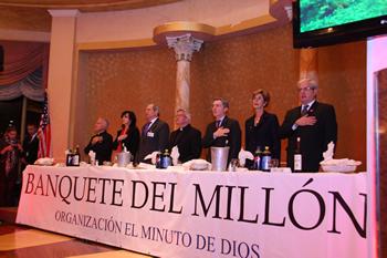 El Presidente Álvaro Uribe entona el Himno de Colombia en el inicio del Banquete del Millón
