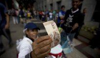 Los venezolanos están preocupados por la falta de papel moneda