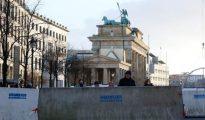 Bloques de cemento junto a la puerta de Brandeburgo, en vísperas de Nochevieja-
