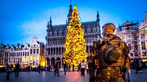Un militar en alerta en la Grand-Place, de Bruselas