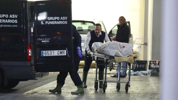 El cadáver en el momento de su retirada por los servicios funerarios